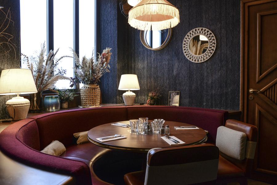 Le Studio Emma Roux en collaboration avec Christopher Matignon, a fait la décoration de Marie Belle, Boulevard de Bonnes Nouvelles à Paris. Banquettes