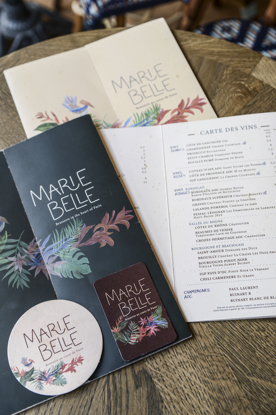 Le Studio Emma Roux a élaboré les cartes et l'identité visuelle du Marie Belle à Paris