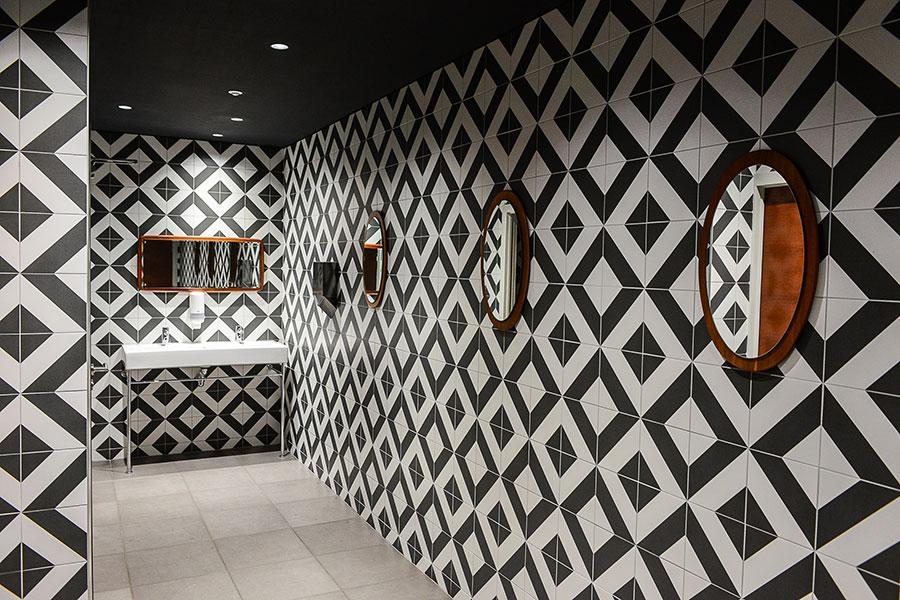 Toilette carrelé noir et blanc du Studio 16 à Orléans. Premier projet de décoration du Studio Emma Roux