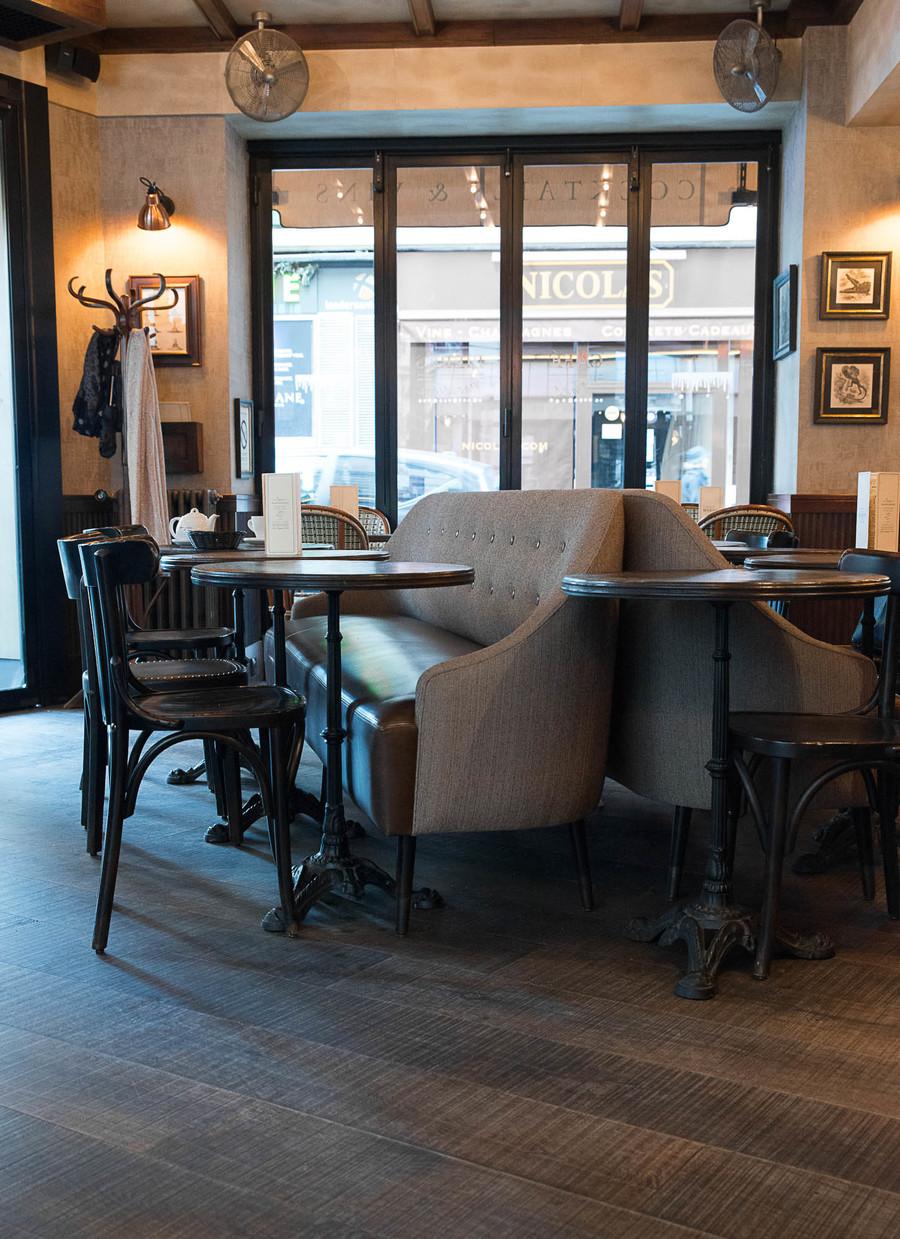 Intérieur du restaurant Le Morny, comptoir en marbre et luminaires en croisillons. Décoration par le Studio Emma Roux