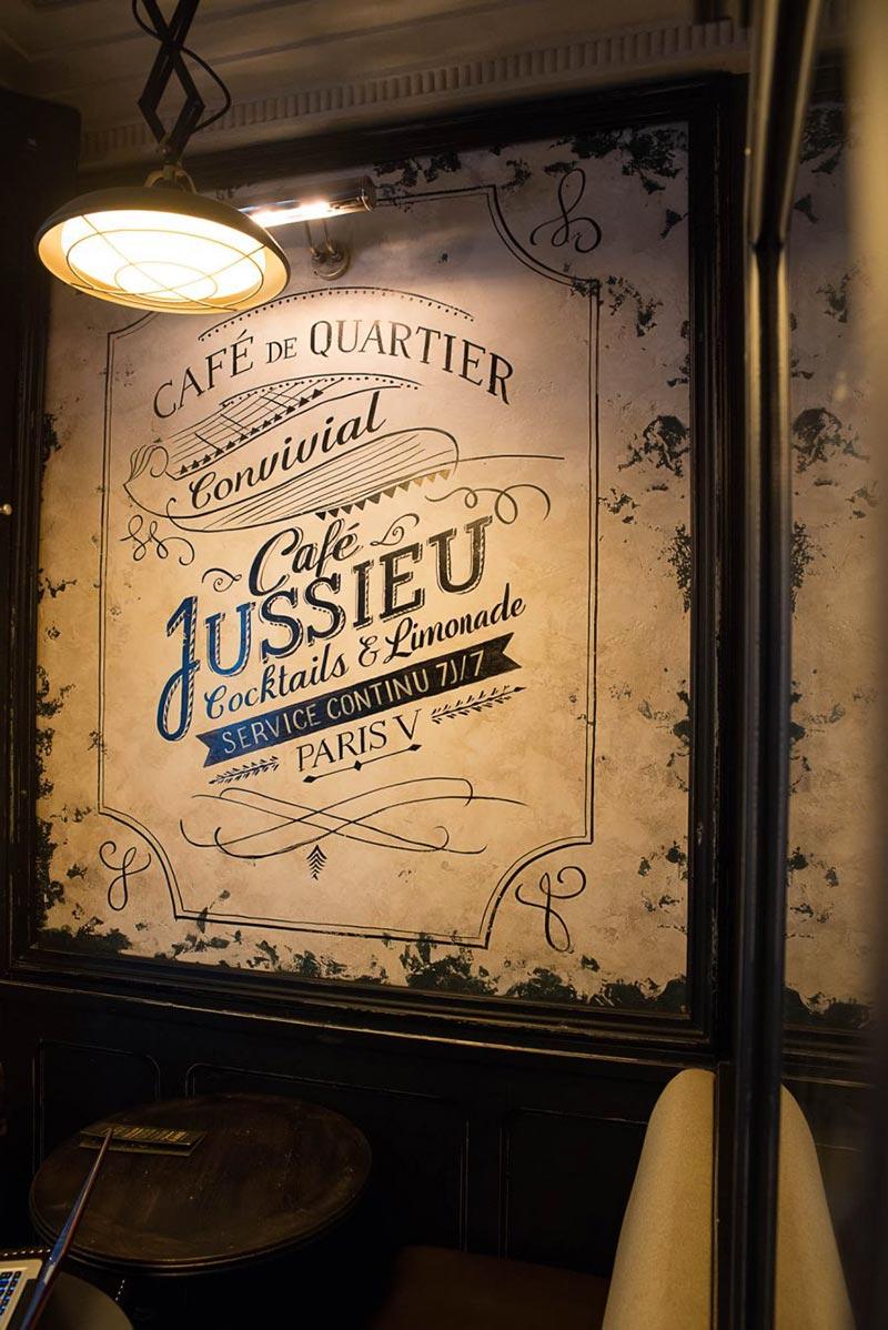 Le graphisme et l'identité visuelle ont été fait par le Studio Emma Roux pour le Café Jussieu de Paris. Carte de visite et menu.