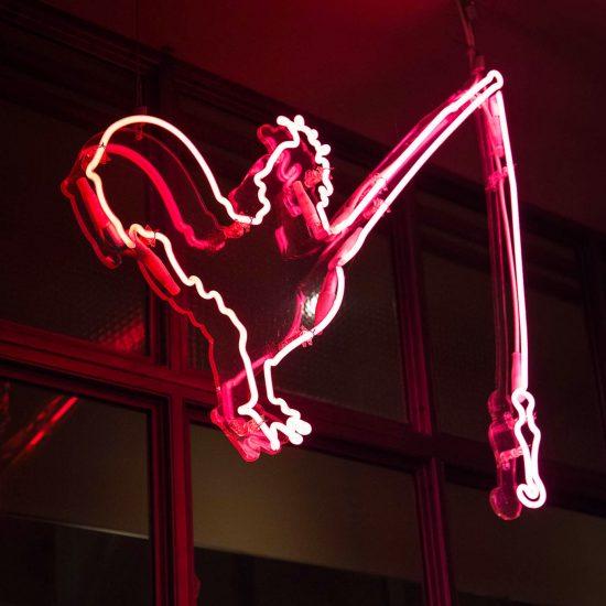 Graphisme et logo fait par le Studio Emma Roux pour la rôtisserie Maison Becquey. Néon rose.