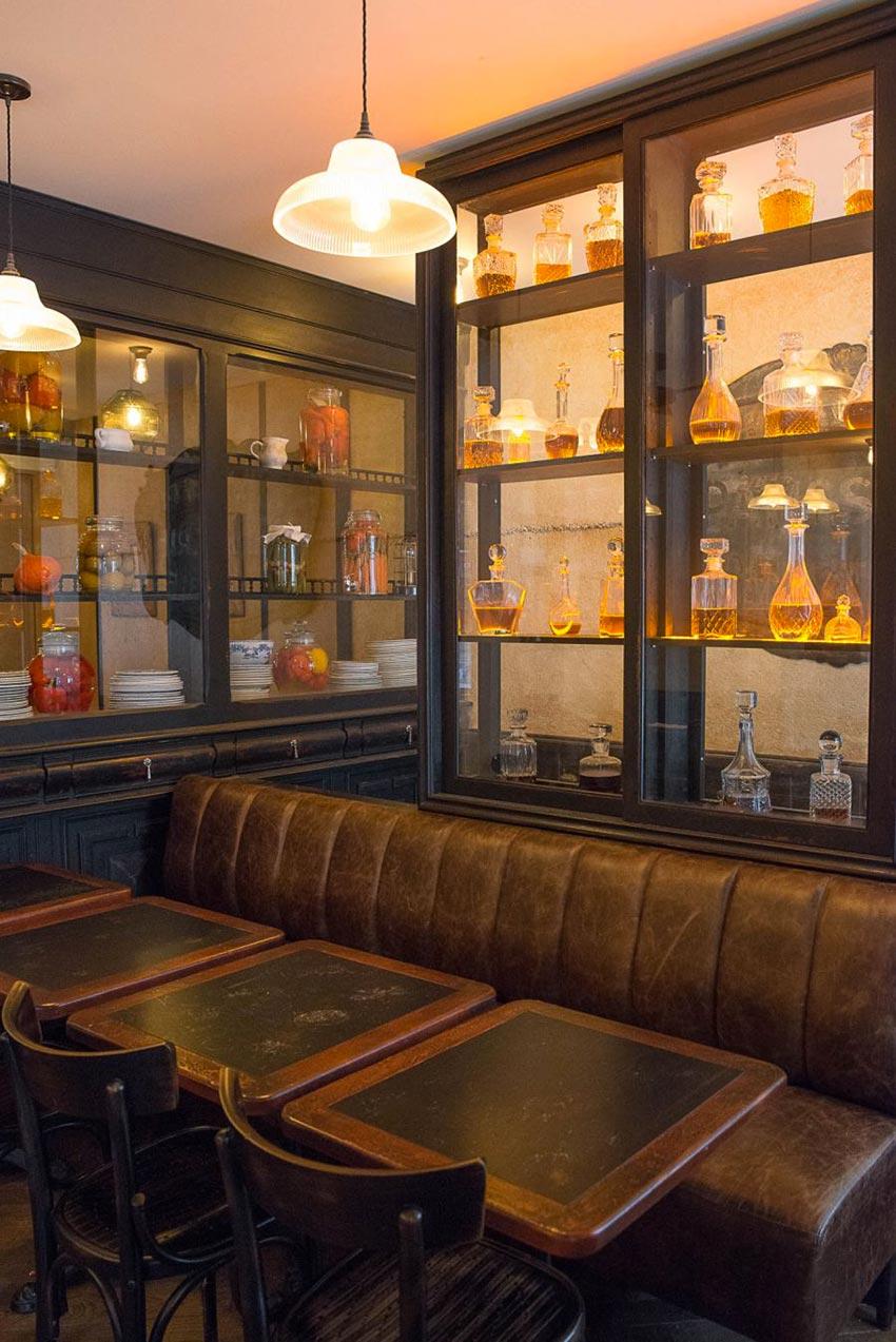 Intérieur du Café Bolivar avec ses vitrines de liqueurs et Whisky et sa banquette en cuir