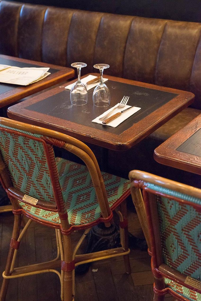 Intérieur du Café Bolivar à Paris avec ses chaises en cannage et sa banquette en cuir. Décoration faite par le Studio Emma Roux