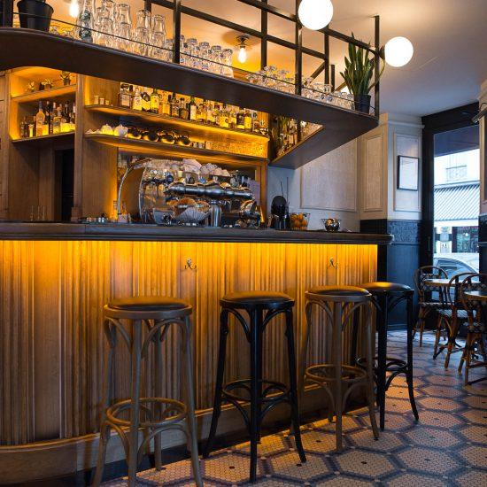 Comptoir et tabourets de bar du Café Mademoiselle de Paris. Sol en mosaique Whickelmans. Décoration par le Studio Emma Roux