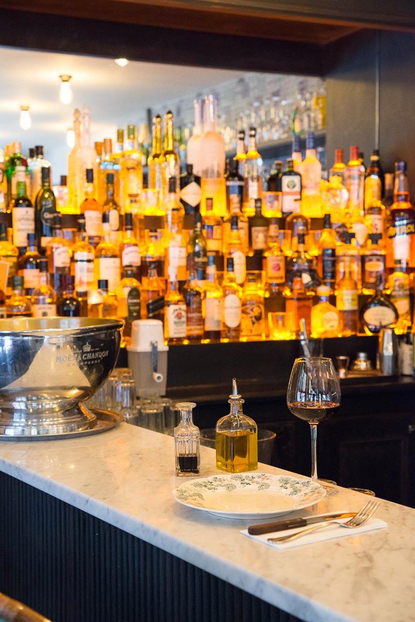 Comptoir et arrière bar du Café Bolivar à Paris décoration par le Studio Emma Roux