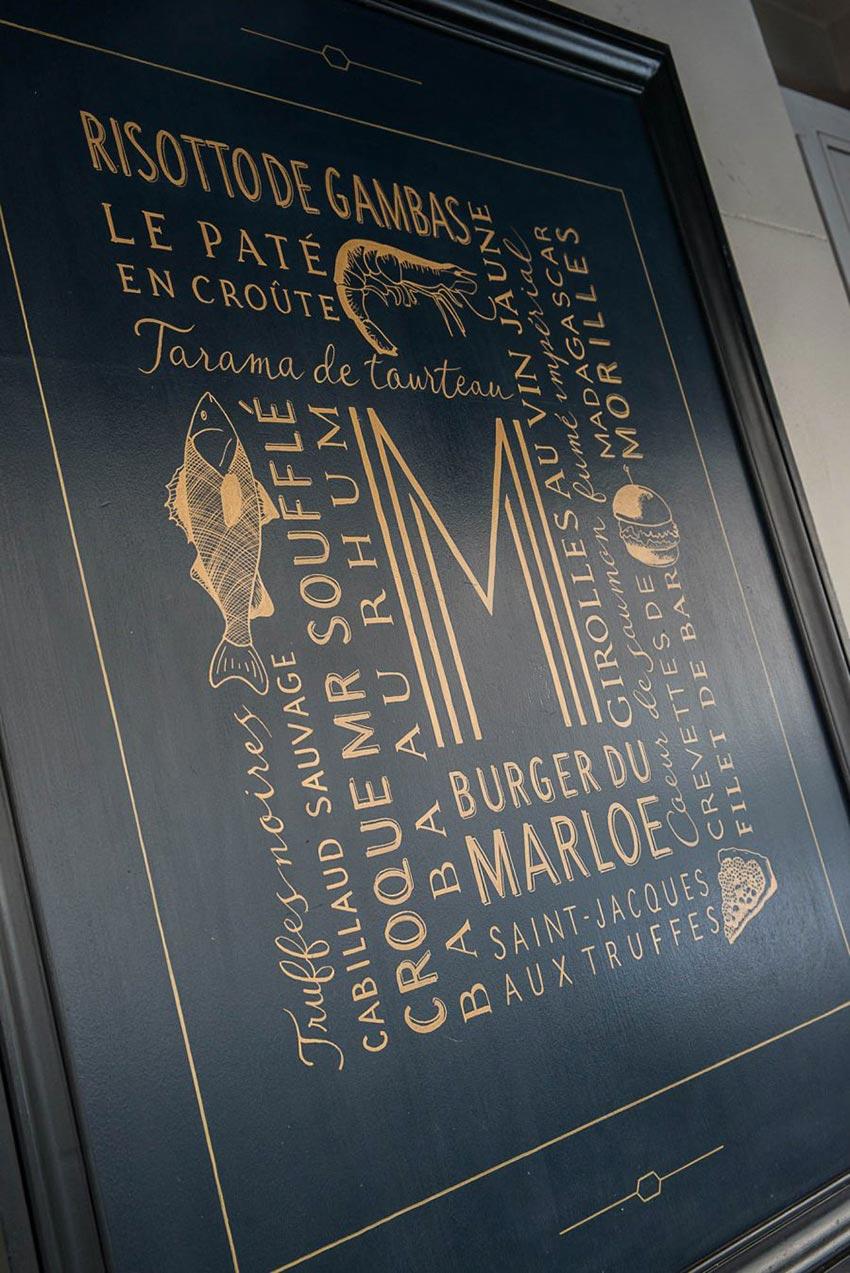 Terrasse et extérieur du restaurant Le Marloe de Paris, dominante de bleu et panneau décoratif esprit côte marin