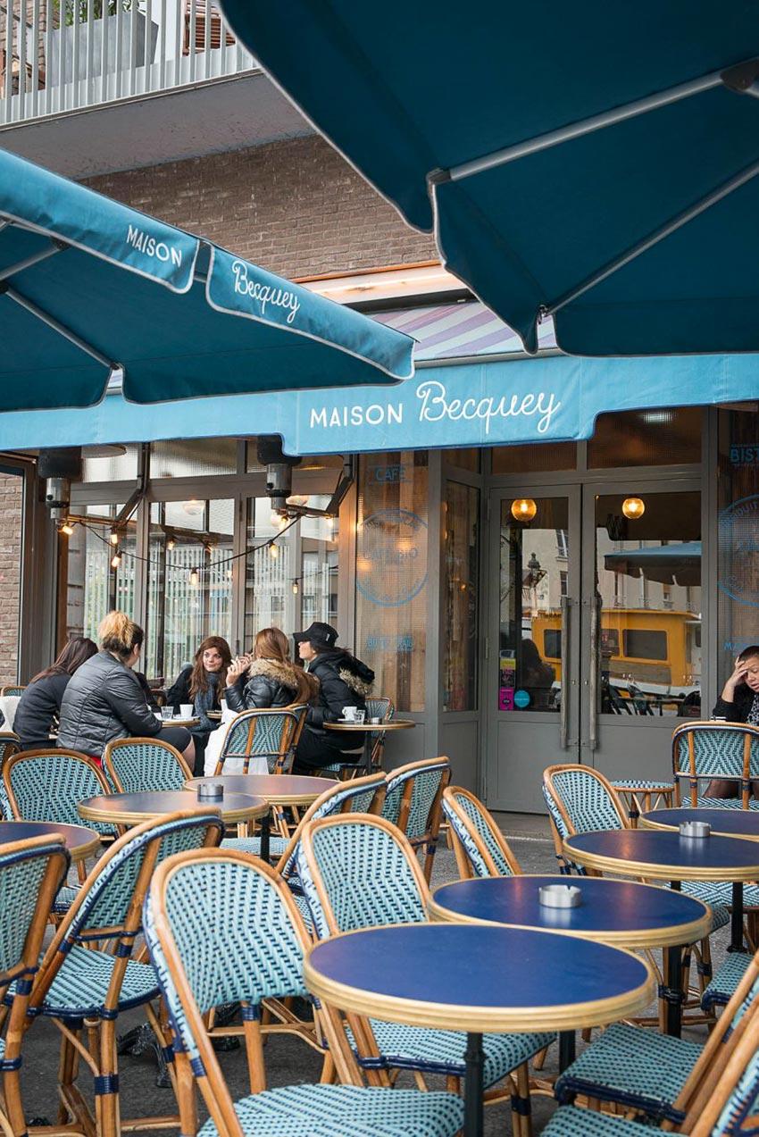 Terrasse de la rôtisserie Maison Becquey à Paris, le mobilier extérieur est signé Maison Gatti. Décoration par le Studio Emma Roux