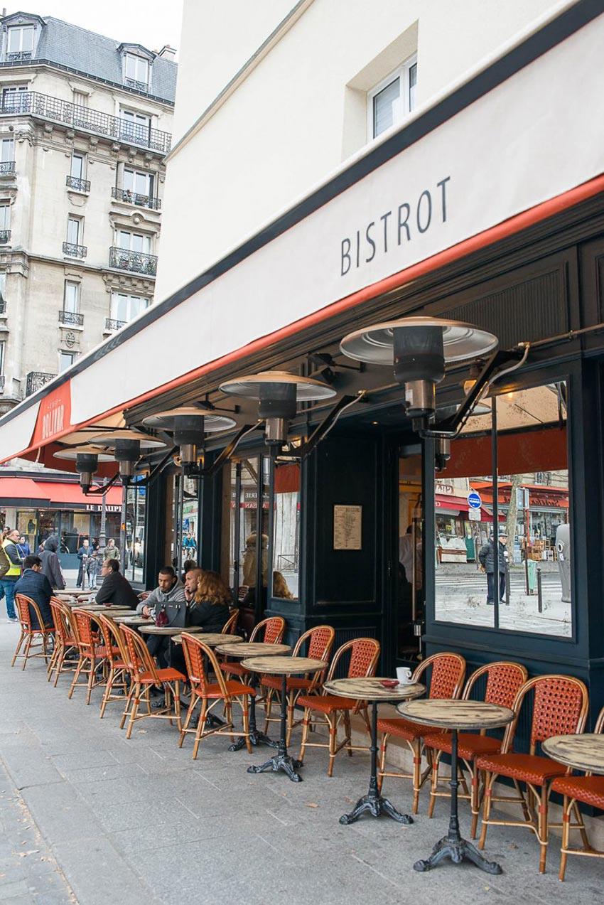 Façade et terrasse du Café Bolivar à Paris avec ses chaises en cannage. Un bistrot dont la décoration a été faite par le Studio Emma Roux