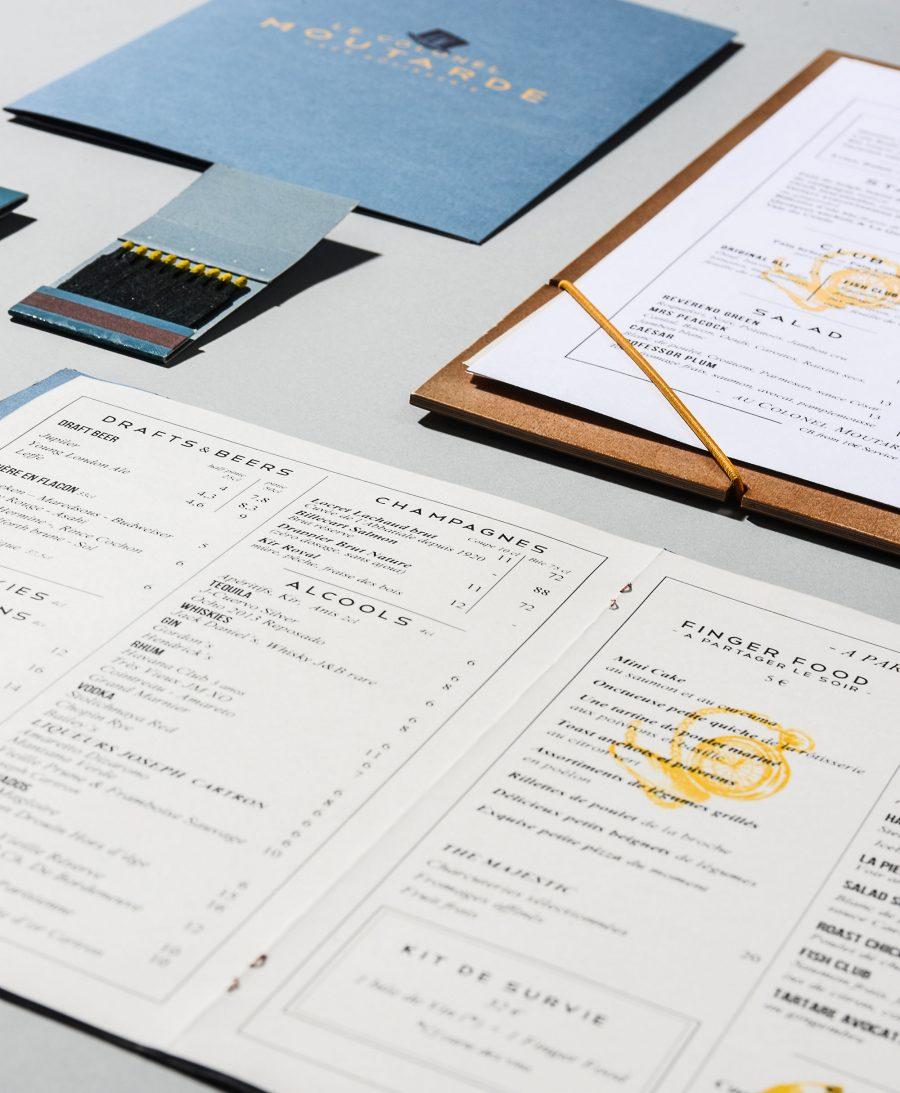 Le graphisme et l'identité visuelle ont été fait par le Studio Emma Roux pour le café Le Colonel Moutarde de Paris. Menus et carte de visite.