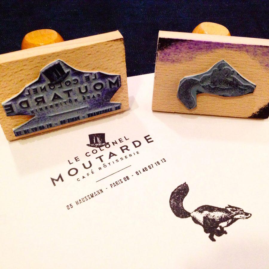 Le graphisme et l'identité visuelle ont été fait par le Studio Emma Roux pour le café Le Colonel Moutarde de Paris. Tampons et logo Le Colonel Moutarde.