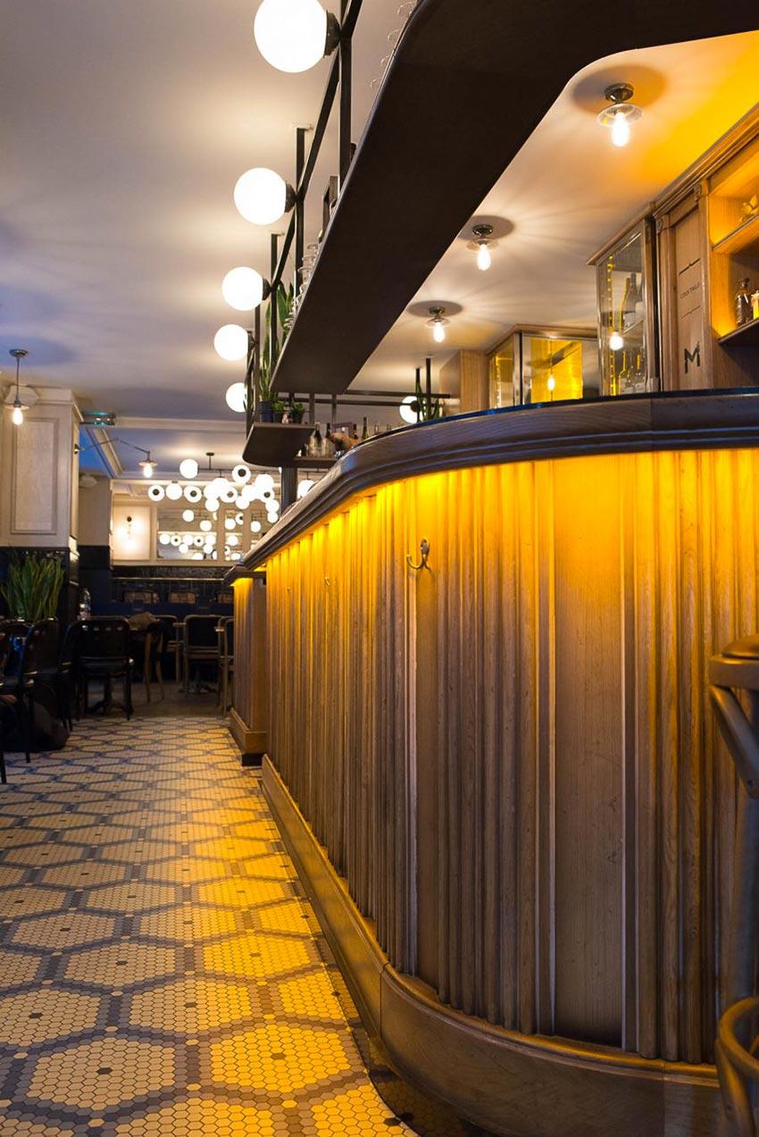 Comptoir de bar du Café Mademoiselle de Paris et sol en mosaique de Whickelmans