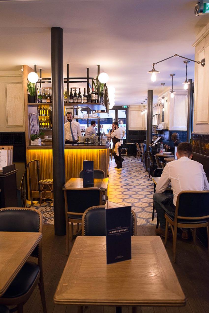 Comptoir et tabourets de bar du Café Mademoiselle de Paris. Sol en mosaique Whickelmans. Décoration par le Studio Emma Roux.