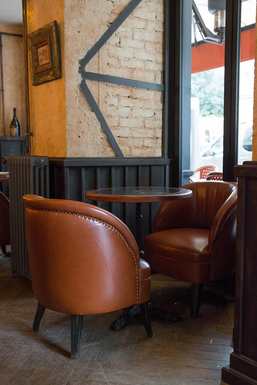 Intérieur du Café Bolivar à Paris avec ses fauteuils en cuir façon bistrot dont la décoration a été faite par le Studio Emma Roux