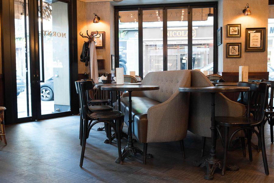 Intérieur du restaurant Le Morny, banquettes et chaises avec assises en cuir. Décoration par le Studio Emma Roux