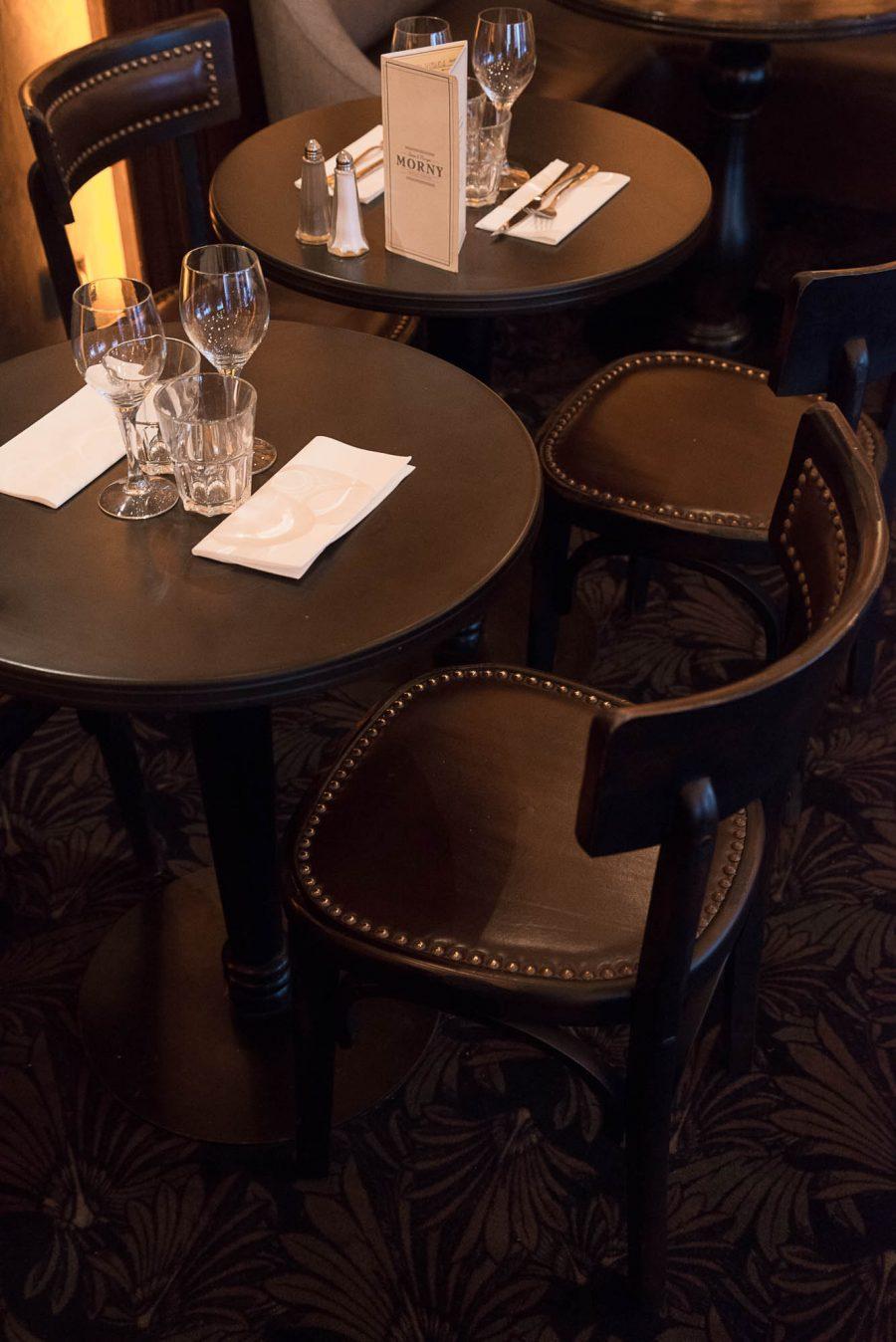 Intérieur du restaurant Le Morny de Paris, moquette au sol et chaises avec assises en cuir. Décoration par le Studio Emma Roux