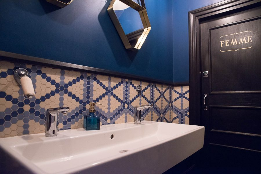 Toilettes femme du Café Mademoiselle de Paris. Sous-bassement en mosaique Whickelmans et miroirs suspendus.