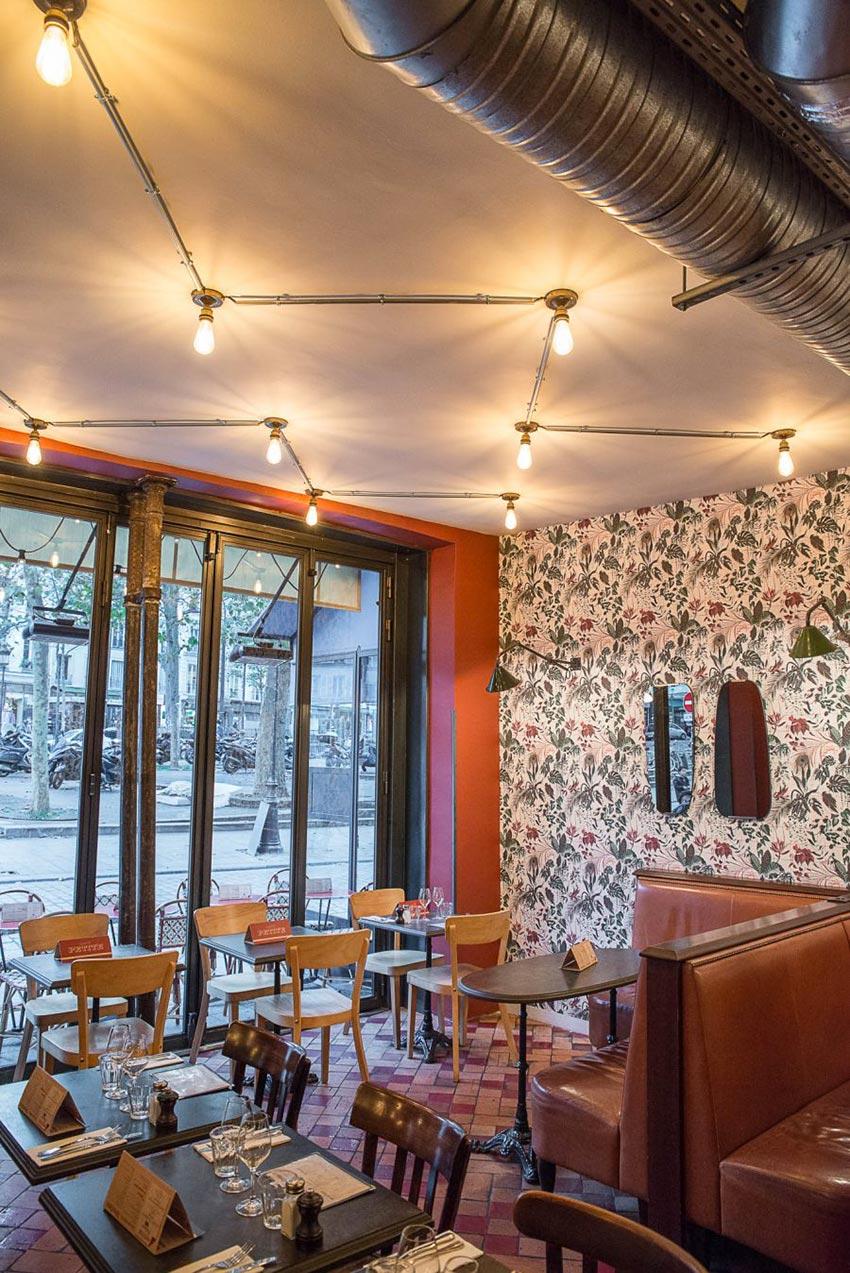 Intérieur et luminaire du Café Petite à Paris avec sa banquette en cuir naturelle décoration par le Studio Emma Roux
