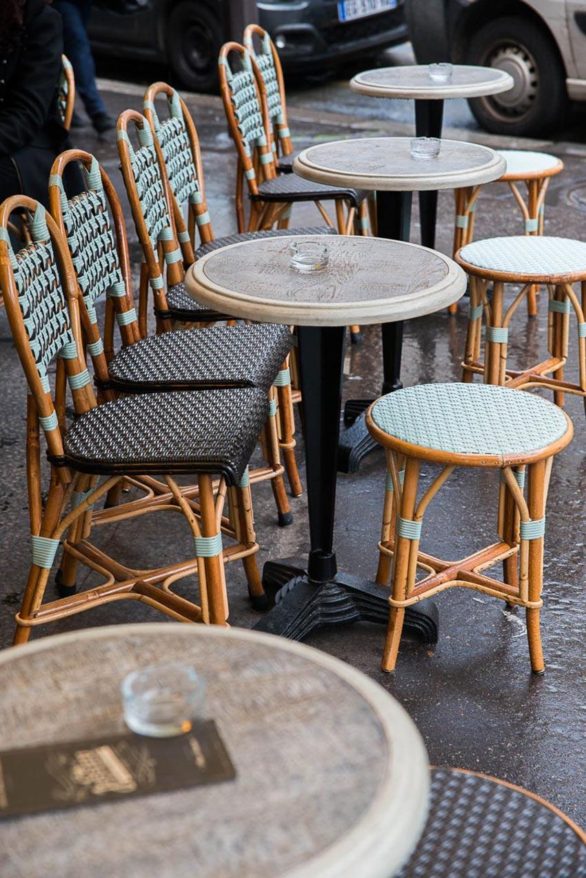 Terrasse du Café Jussieu de Paris. Chaises en cannage de Maison Gatti.