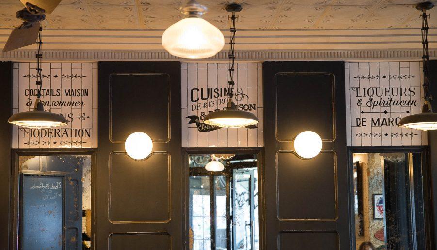 Panneaux décor du Café Jussieu de Paris éclairés par des suspensions métallisques