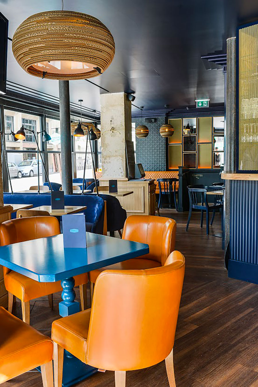 Le Studio Emma Roux a décoré le café Gabrielle de Paris, banquettes de cuir et mobilier de bois