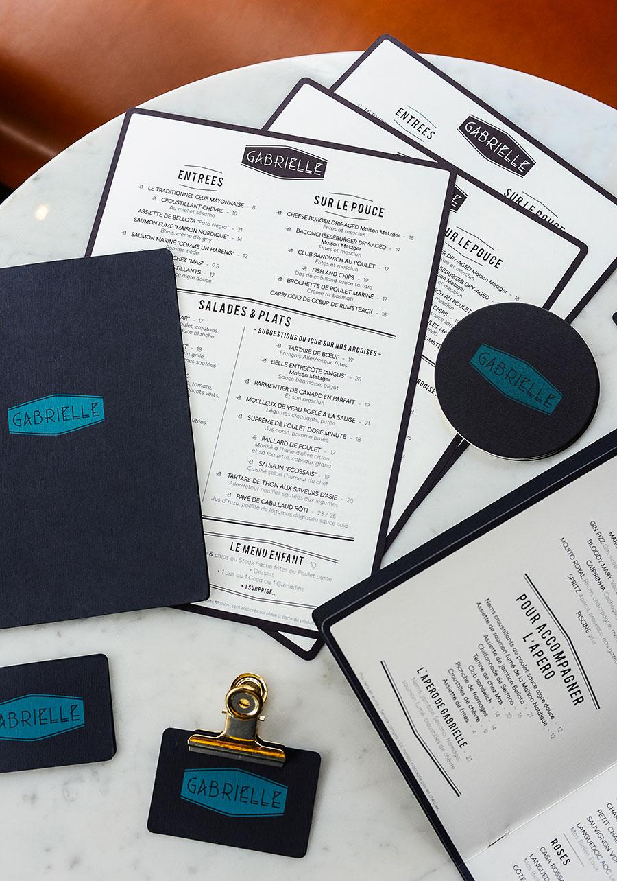 Graphisme et identité visuelle ont été pensés par le Studio Emma Roux pour le Café Gabrielle de Paris. Menu et carte de visite.