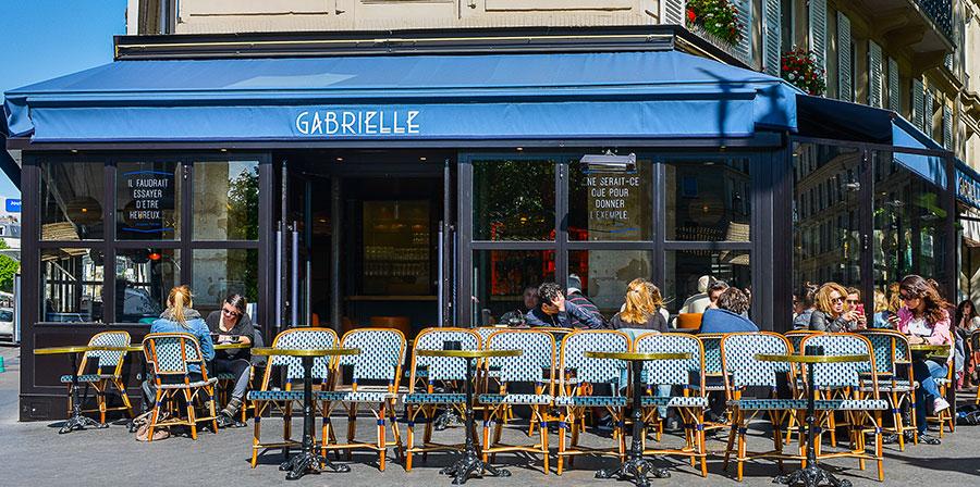 Le Studio Emma Roux a été choisi pour décorer le Café Gabrielle dans l'esprit des brasseries Parisiennes. Terrasse extérieure, store et signalétique.