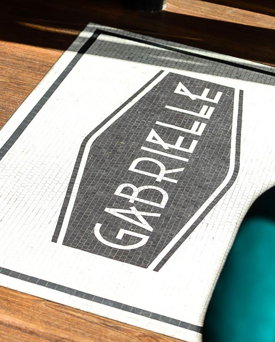 Graphisme et identité visuelle en mosaique ont été pensés par le Studio Emma Roux pour le Café Gabrielle de Paris