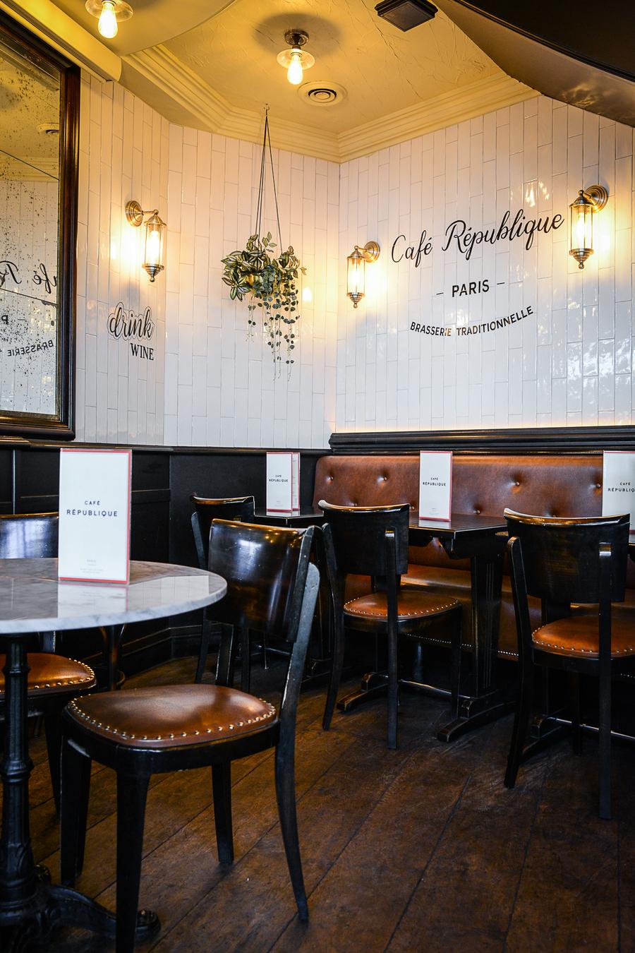 La décoration du Café de la République a été imaginée par le Studio Emma Roux en charge du projet. Reelooking et décoration