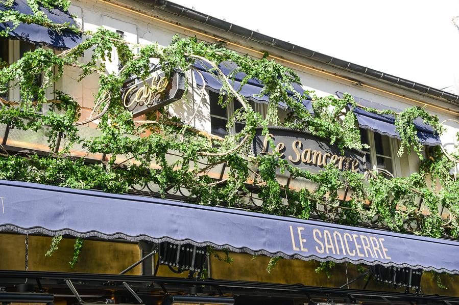 La décoration du restaurant Le Sancerre de Paris dans le quartier de Montmartre, a été réalisée par le Studio Emma Roux. Luminaires, terrasse, mobilier, identité visuelle.