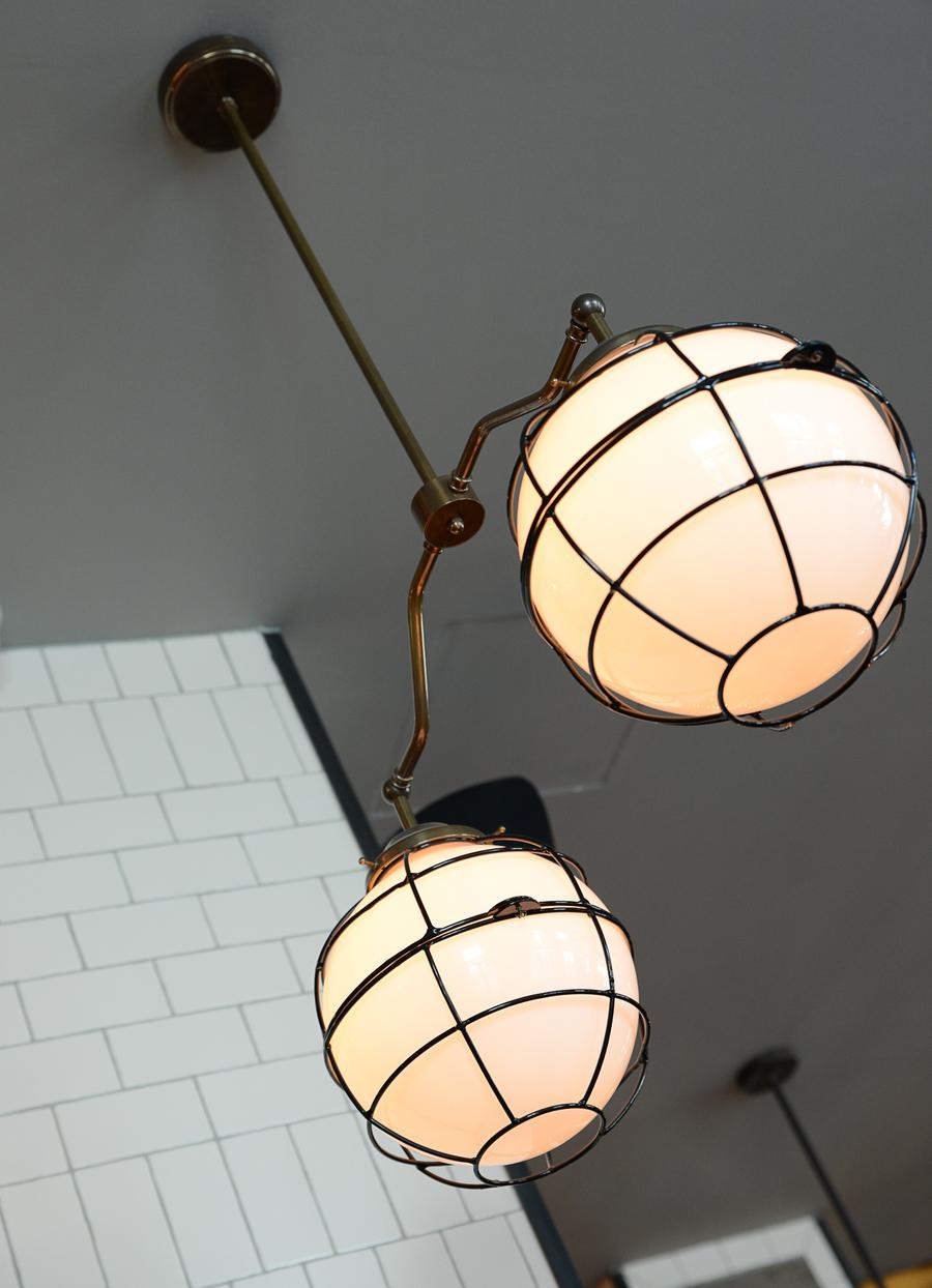 Le Studio Emma Roux a décoré le restaurant les Gentlemen de Nanterre ainsi qu'a l'identité visuelle de ce bistrot. Luminaire Mullan