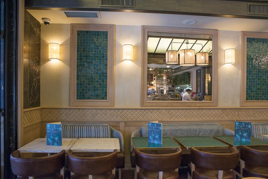 intérieur du restaurant Aux Cadrans du PLM décoration par le Studio Emma Roux, relooking et charte graphique