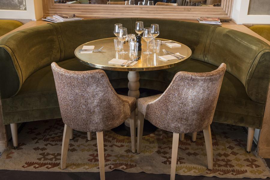 Restaurant Le Murillo de Paris - Décoration Emma Roux. Fauteuils et banquettes en velour, plateau de table laiton, pied en bois brut.
