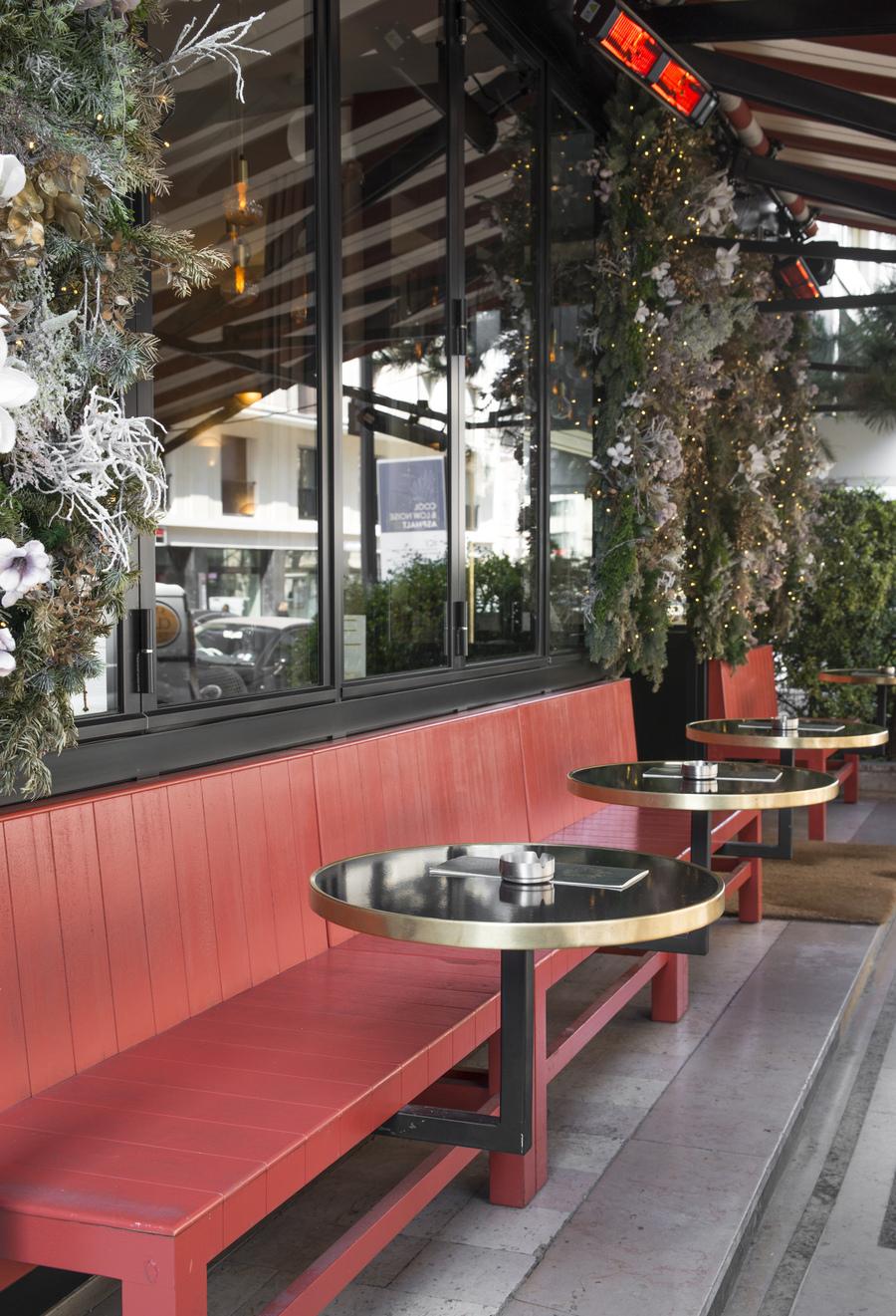 Restaurant Le Murillo de Paris - Décoration Emma Roux. Chaises extérieures en cannage. Plateaux émaillés cerclage laiton.
