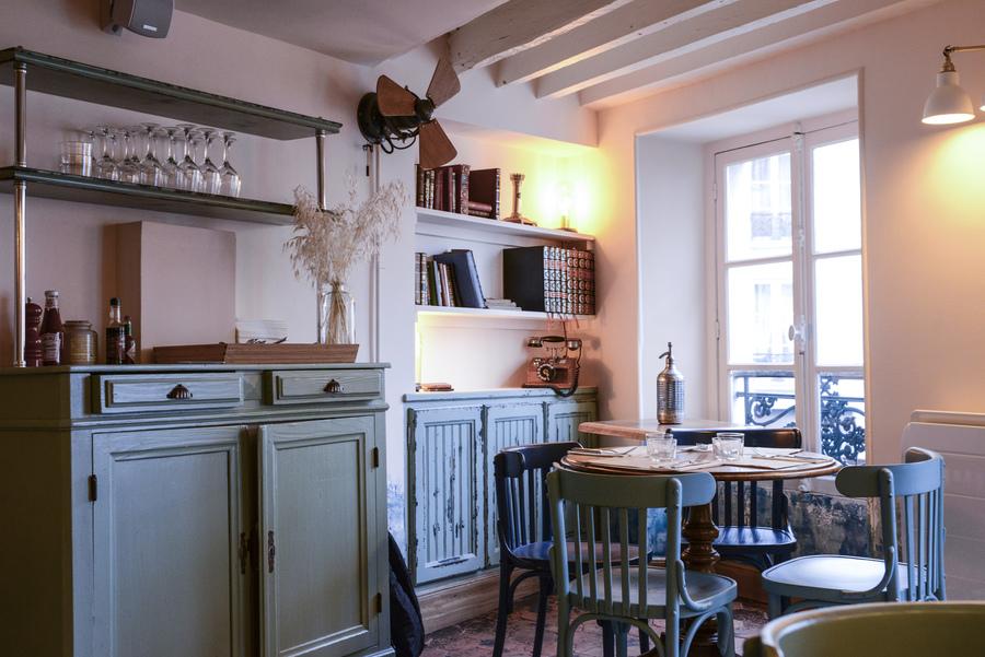 La décoration du restaurant L'arbre à Cannelle a été réalisée par Le Studio Emma Roux, agence de décoration à Paris. Mobilier sur mesure, peinture, menuiserie.
