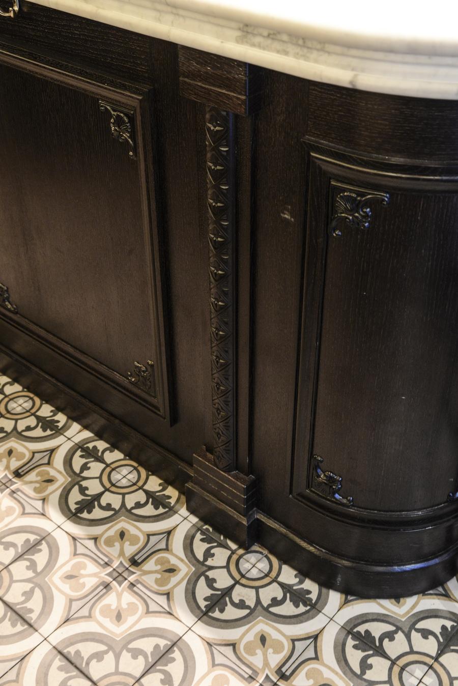 Le Studio Emma Roux en collaboration avec Arkesen ont réalisé la décoration de la brasserie Le Gevaudan dans le 5eme arrondissement de Paris. Menuiserie, comptoir.