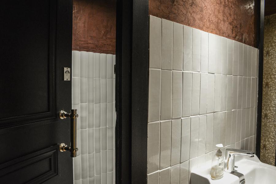 Le Studio Emma Roux en collaboration avec Arkesen ont réalisé la décoration de la brasserie Le Gevaudan dans le 5eme arrondissement de Paris. Listel, peinture à la chaux.
