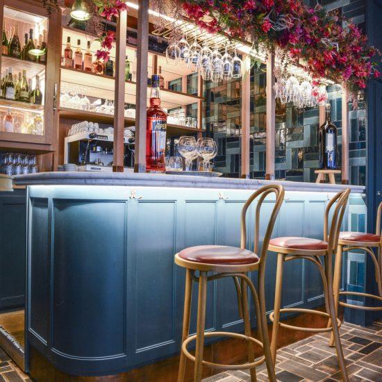 Le Studio Emma Roux en collaboration avec Arkesen a réalisé les travaux et la décoration de la pizzeria Isola Bella à Reuil Malmaison. Comptoir