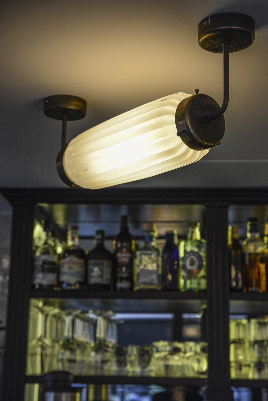Le Studio Emma Roux en collaboration avec Christopher Matignon Architecte d'intérieur ont participé aux travaux de rénovation du restaurant Le Chalet à Paris. Luminaire Vanessa Mitrani